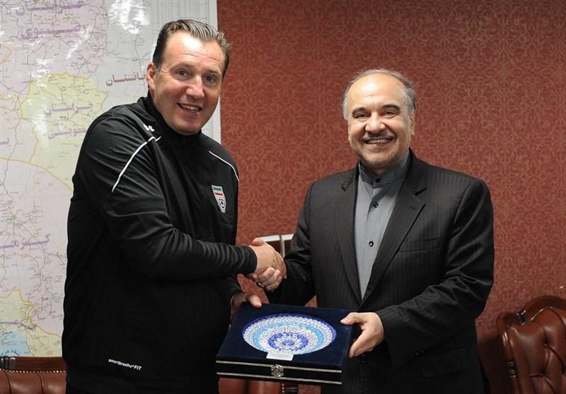 اهدای پیراهن شماره 10 تیم ملی به وزیر ورزش