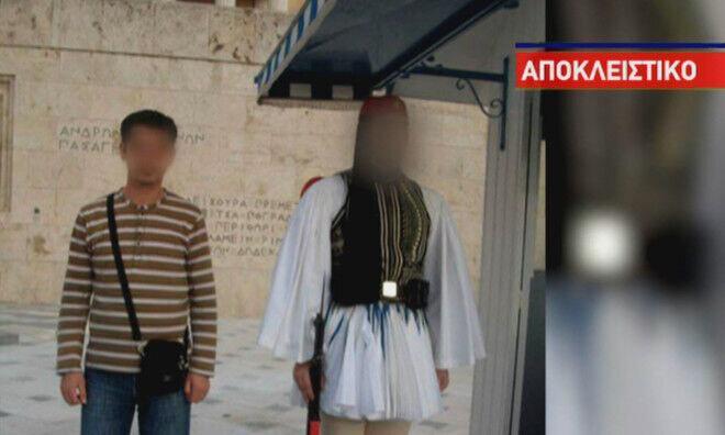 عکس جنجالی عضو داعش با سرباز گمنام یونان در آتن